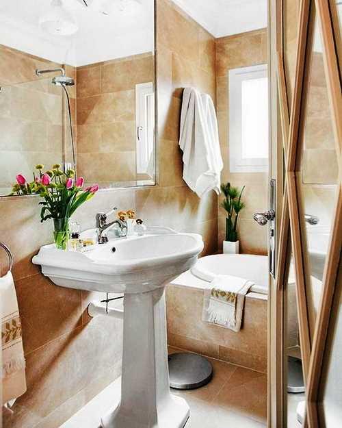 Большое зеркало позволяет визуально расширить границы маленькой ванной
