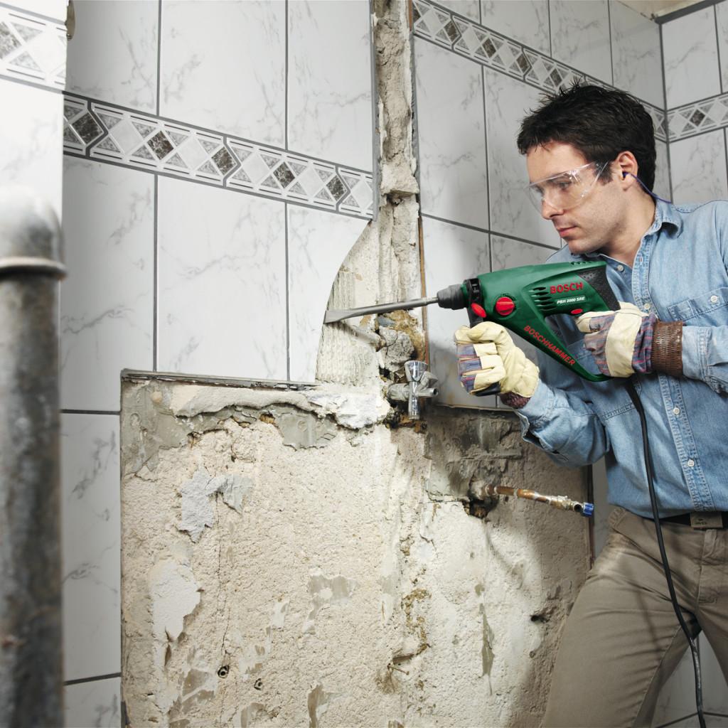 Для удаления старой плитки лучше использовать перфоратор. «Запрещено:» проводить демонтаж без защитных средств