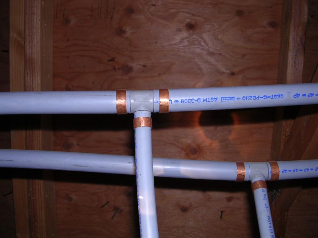 «Запрещено:» При монтаже пластиковых труб нельзя допускать чрезмерного напряжения и перегибов. Такая труба прослужит недолго