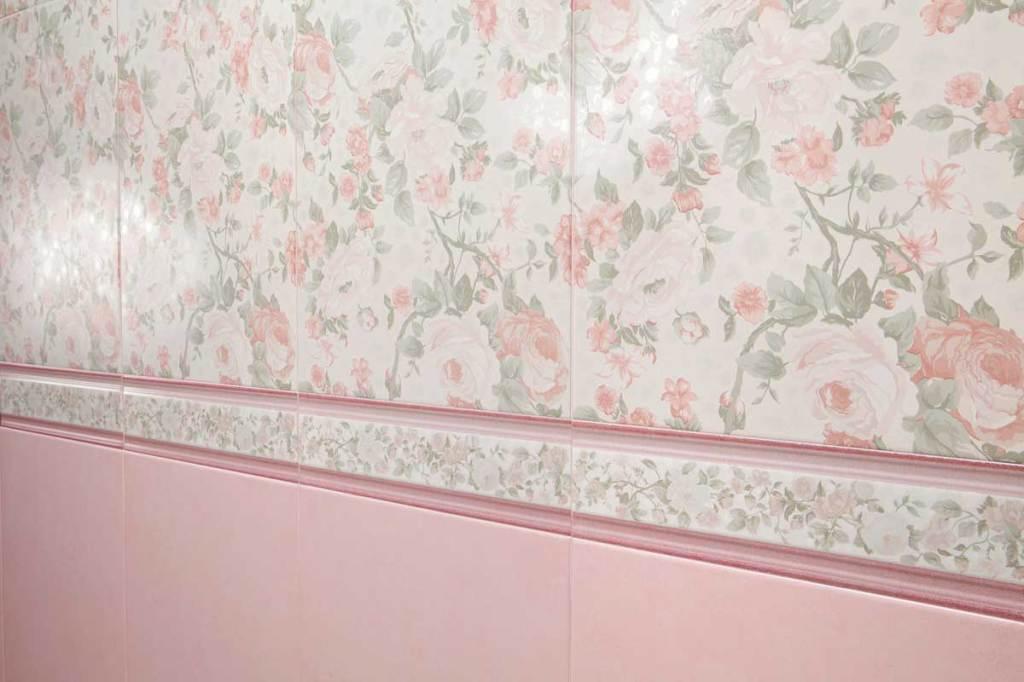 Изысканно смотрится сочетание крупного растительного орнамента на плитке и более мелкого на бордюре
