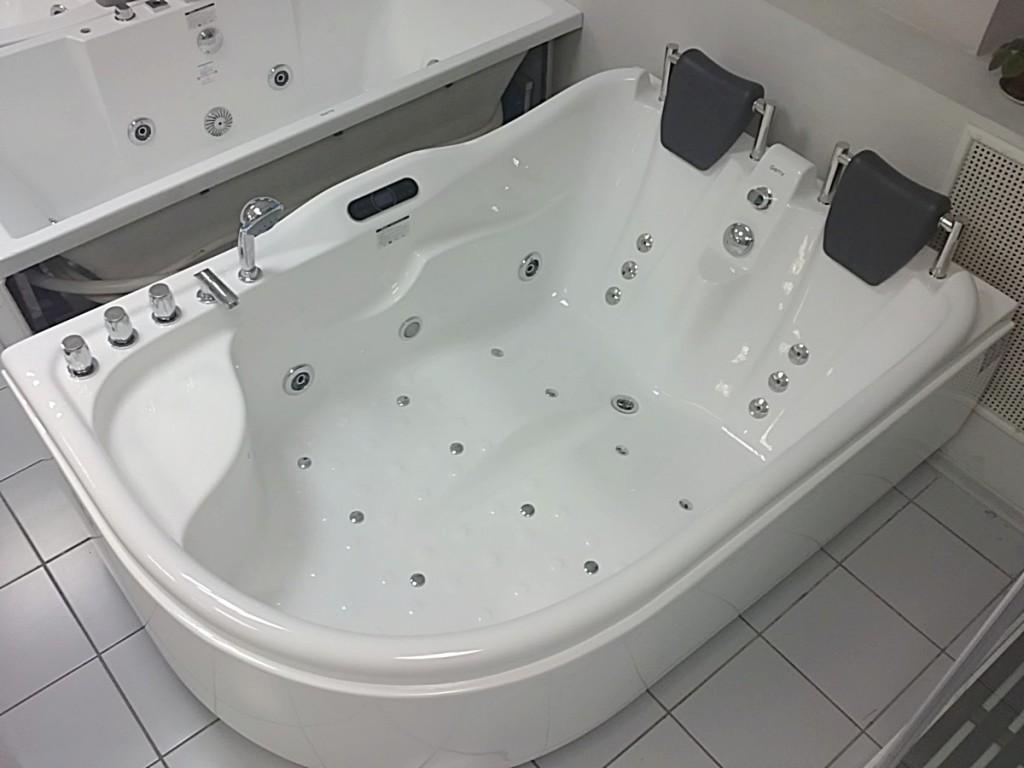 Насладиться гидромассажем в просторной ванне с подголовниками могут сразу двое