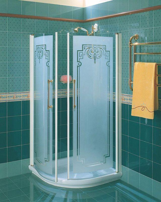 Прозрачная душевая кабина со стилизованной под старину лейкой идеально впишется в общий интерьер ванны