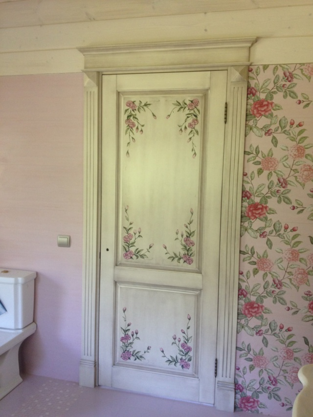 Рисунок двери, перекликающийся с декором стен – излюбленный прием дизайнеров помещений