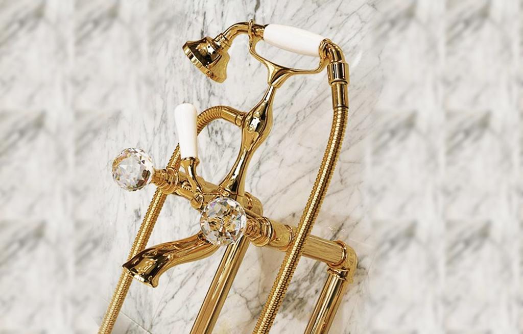 Смеситель для душа стилизованный под золото идеально будет смотреться в светлой, солнечной ванной