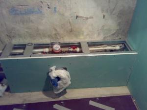 Такой короб спрячет не только трубы, но и водяные счетчики и аварийные вентиля