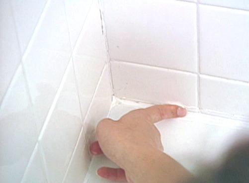Затирка просвета между ванной и стеной