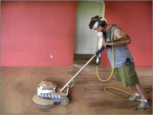 Использование циклевочной машинки для снятия слоя лака или краски с деревянных напольных покрытий
