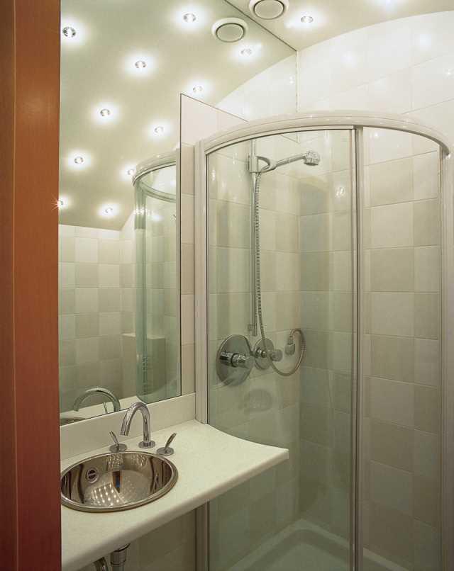 Использование потолочных светильников позволяет сэкономить место и создать интересный эффект