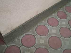 Использование тротуарной плитки в помещениях, например, в летнем душе, осложняется ее большой толщиной