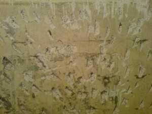 Насечки на плитке должны быть неглубокими (2-3 мм) и равномерно расположенными по всей поверхности
