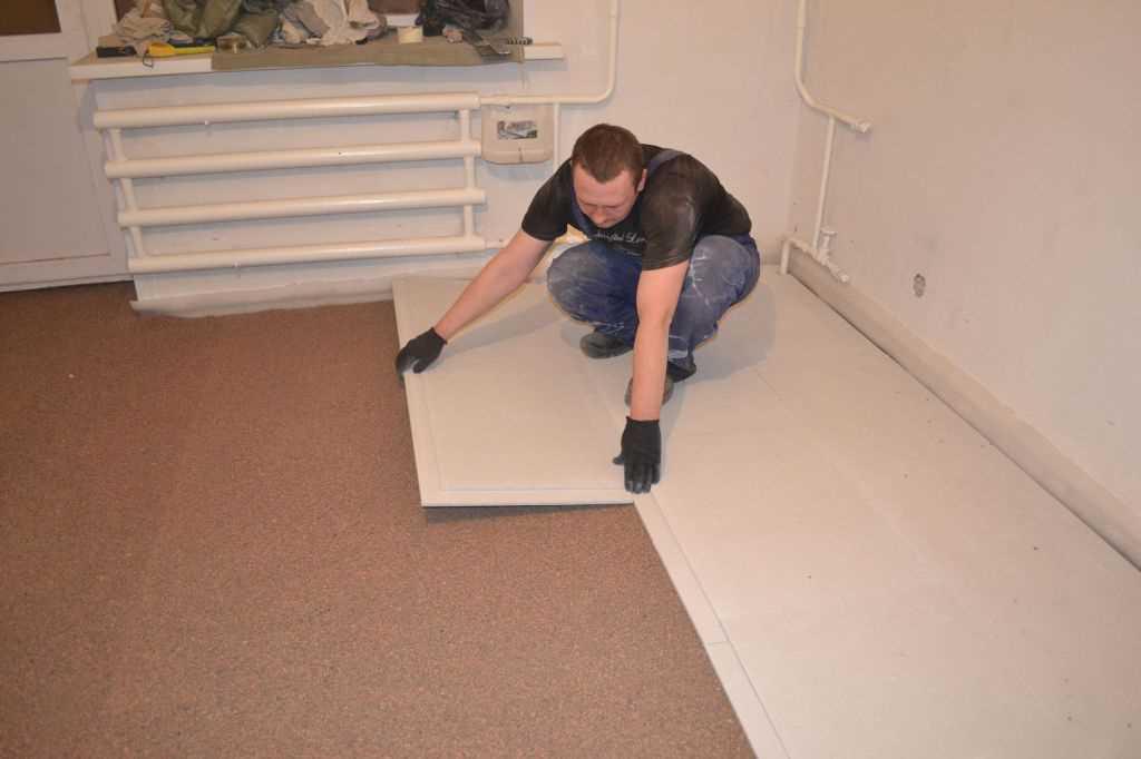Укладка листовых материалов (так называемая сухая стяжка) на изоляционный слой