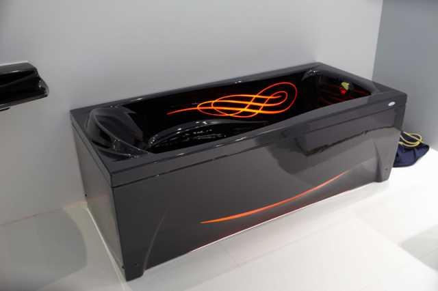 Акриловая ванна прямоугольной формы, нестандартного черного цвета с оранжевыми линиями