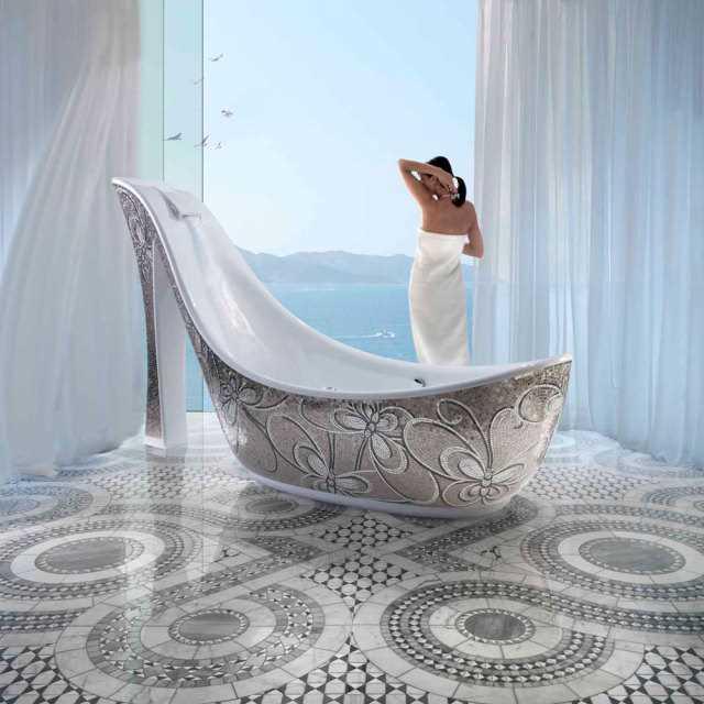 Дизайнерская ванна, оригинальной формы в виде женской туфельки для больших по размеру ванных комнат