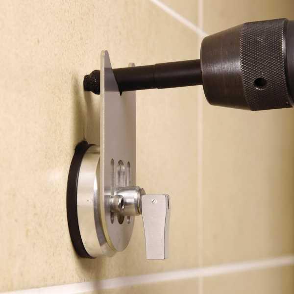 Для надежной фиксации сверла в горизонтальном положении удобно использовать закрепленную на стене опорную рейку