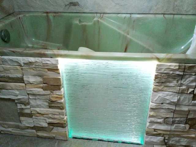 Из кирпича можно сделать даже такой оригинальный экран, который станет украшением комнаты
