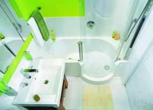 Поддон душевой кабины, объединенный с небольшой, но уютной ванной, занял место, где раньше уместилась бы лишь одна большая ванна
