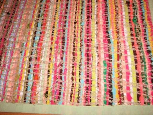 Разноцветный плетеный коврик идеально впишется в интерьер ванной в стиле кантри