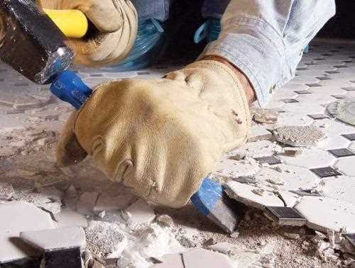 Специальные инструменты ускоряют процесс демонтажа плитки в ванной комнате