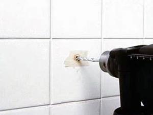 Зафиксировать острие сверла на скользкой поверхности кафельной плитки удобно при помощи полоски обычного лейкопластыря