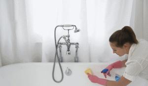 Независимо от способа чистки отбеливать ванну можно только в резиновых перчатках