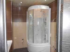 Угловые кабины для душа наиболее часто устанавливают в небольших помещениях, либо как дополнение к ванне