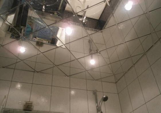 Благодаря зеркальной плитке на потолке даже небольшая ванная может превратиться в огромный зал
