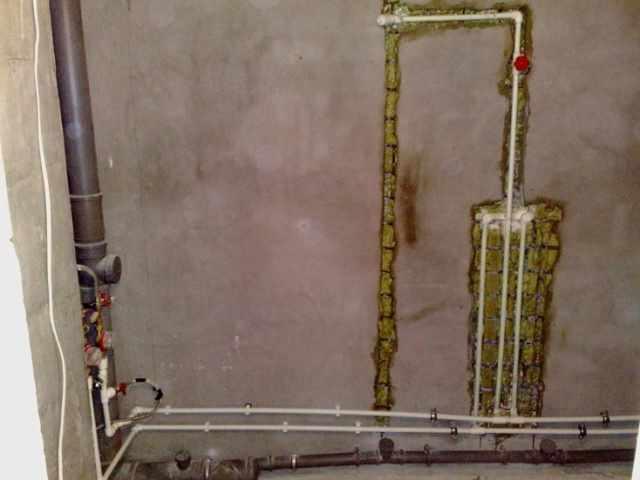 Делая ремонт с нуля, прокладываем штробы под трубы из полипропилена (или меди)