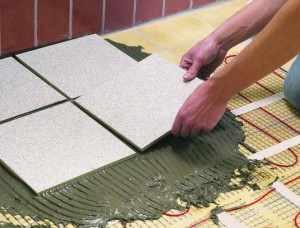 Для дополнительного обогрева ванной используют теплый пол, который сверху защищают керамикой