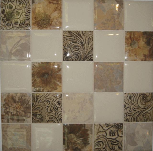 Глянцевая плитка с оригинальным рисунком станет незабываемым штрихом в интерьере ванной