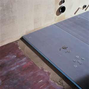 На старый деревянный пол ванной можно уложить влагостойкий гипсокартон, как основание для настила кафеля