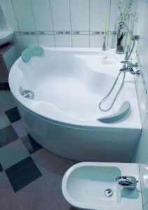 Пример крепления однорычажного смесителя к стене на удобной высоте над угловой ванной