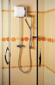 Проточный водонагреватель можно установить даже в скромном по размерам пространстве