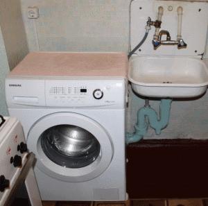 Современная стиральная машина Samsung, подключенная к смесителю через тройник – удобно, но не слишком привлекательно