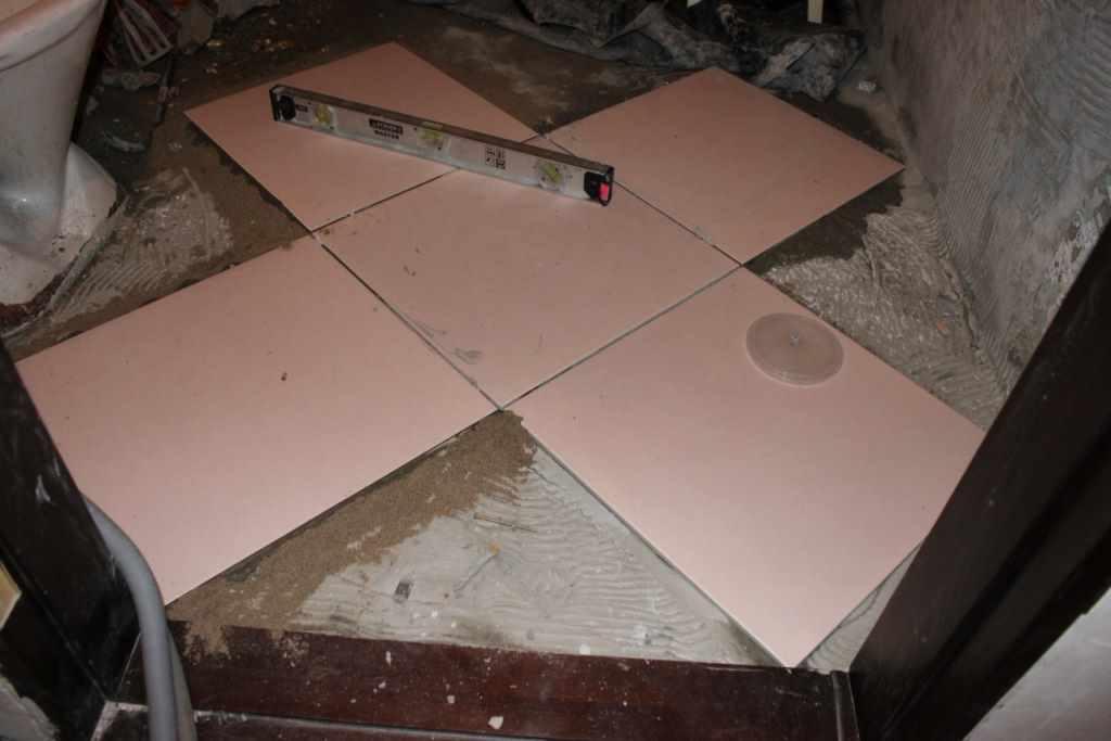 Укладка кафеля по диагонали, так называемым «ромбом», выполняется на деревянный пол, накрытый слоем стяжки