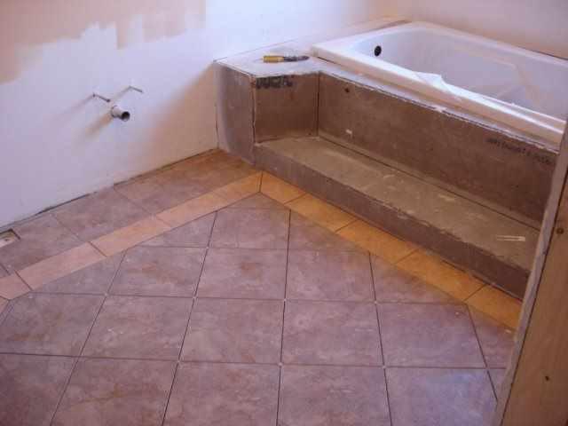 Укладку плитки ромбом обычно применяют в помещении ванной комнаты большого размера