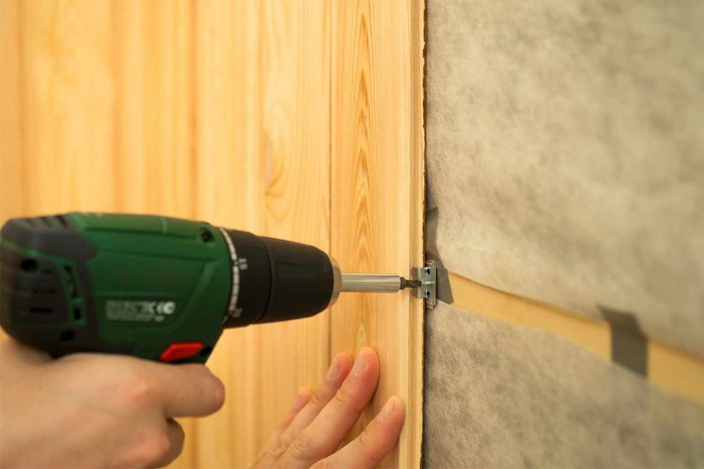 Так можно зафиксировать все отрезки материала к деревянной обрешётке, хот существуют и другие способы крепления.