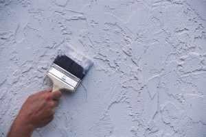 Перед началом работы поверхность грунтуется, что повышает эксплуатационные характеристики отделки.