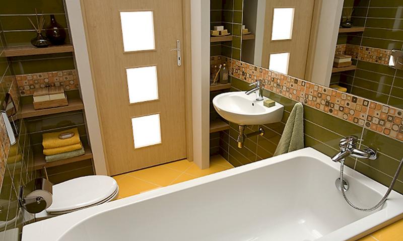 ванная с влагостойкой дверью с стеклянными вставками